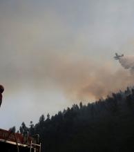 Los bomberos combaten sin descanso el fuego en Portugal, que dejó 63 muertos