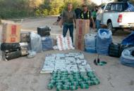 Detienen a un policía por liberar paso a contrabandistas de hojas de coca