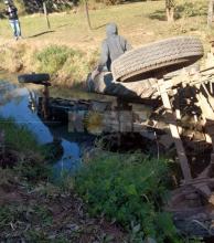 Castelli: un tractor cayó a un canal de desagüe y los ocupantes saltaron justo a tiempo