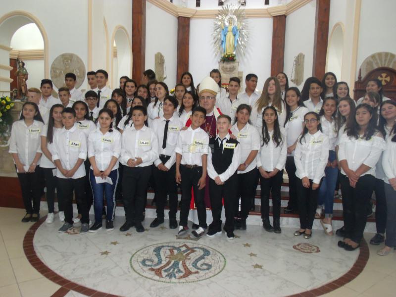 0896 - De la mano del Obispo Bárbaro, más de 50 adolescentes y adultos recibieron la Confirmación.JPG