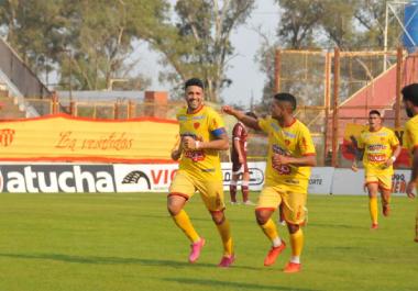 Sarmiento goleó en el Centenario y se afianzó en zona de clasificación