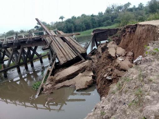 Resultado de imagen para El colapso de los puentes correntinos a punto de desatar un escándalo político