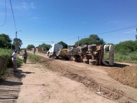 Vuelco del cargamento de camión batea casi termina en tragedia