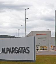 En medio de una profunda reestructuración y despidos Alpargatas cambiaría de dueños en Argentina