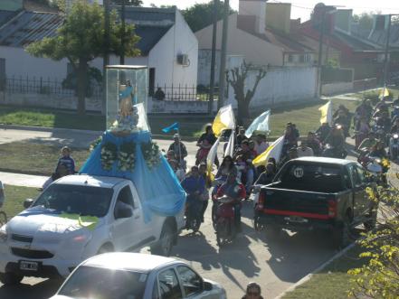 La caravana acompañó a la imagen de la Virgen por los barrios de la localidad.