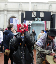 Manifestantes protestan contra Trump en el acceso a la ceremonia