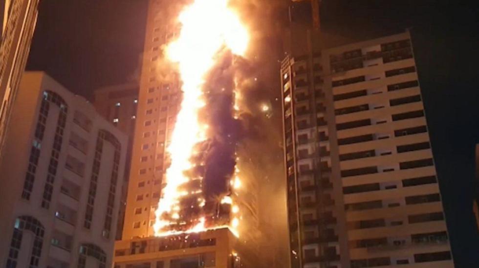 Incendio devora edificio de 48 pisos en cuestión de minutos — Emiratos Árabes