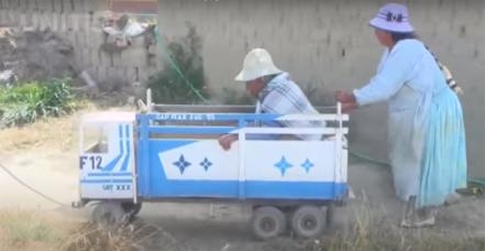 Abuela fue a cobrar su jubilación en un camión de juguete