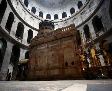 Reabrió el Santo Sepulcro: los fieles además de no tocar ni besar piedras ni imágenes, deben entrar de a 50