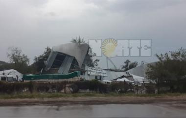 Tres menores lesionados al volar un tinglado en Villa Río Negro
