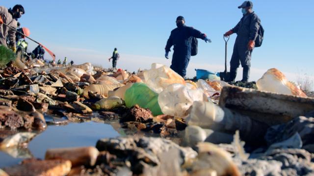 Un lago con más plástico que agua