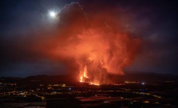 El volcán de La Palma: se rompió el cono, se suman nuevos focos y cerró el aeropuerto local