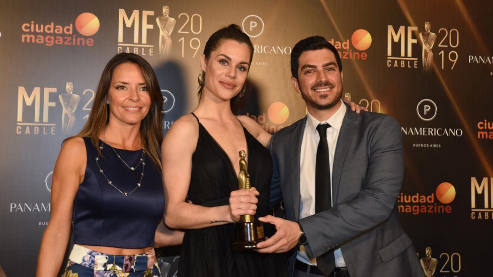 """María Úngaro, Flor Ventura y Diego Costa, con el premio al mejor programa de deportes extremos, por """"Winter News"""".jpg"""