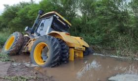 El agua que baja del oeste inunda campos y afecta los cultivos y la ganadería