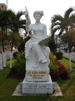 Ho_Xuan_Huong_statue.jpg