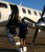 Pánico en un vuelo de Racing: se abrió la puerta del avión en pleno despegue
