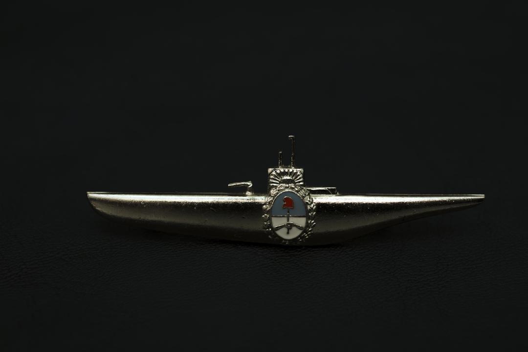 Emblema de Submarinista, perteneciente al Suboficial Segundo Ricardo Gabriel Alfaro Rodríguez.jpg