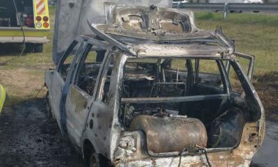 Un automóvil se incendió en la colectora de la ruta 16