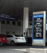 Estaciones aplican el aumento a los combustibles: llenar un tanque ya no baja de los 1000 pesos