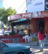 Pleno centro de Resistencia: dueño de un comercio se apropió de la vereda y bloqueó el paso peatonal