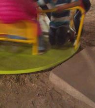 Plaza de la integración: denuncian peligro en uno de los juegos para niños