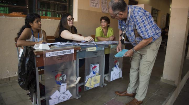Cerraron las mesas en Paraguay y los primeros resultados favorecen al oficialismo