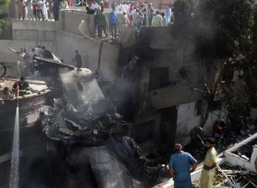 Tragedia aérea: se estrelló un avión en Pakistán con 107 personas