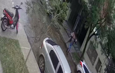 Resistencia: Una mujer fue atacada a patadas en plena calle por un conocido médico