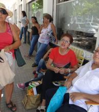 Bajo el sol de la siesta chaqueña, ancianos registran su huella digital en la Anses