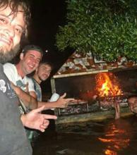 Músicos hicieron un asado con el agua al cuello en medio de la inundación